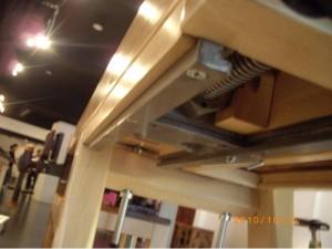 那位木匠的琴桌-可以看出相當多的巧思,桌面可以上升以及可以夾住要打榫的木頭,是一個相當精緻的木工桌